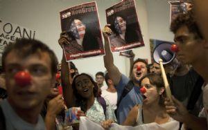 Protestas pacíficas contra la presencia de la mercenaria Yoani Sanchez en Brasil