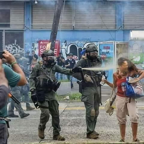 ¿Qué pasaría si el policía de la foto fuera cubano?